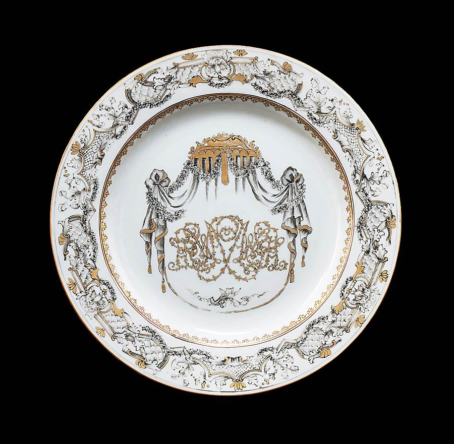 Chinese export porcelain dinner plate with pseudoarmorial design en grisaille