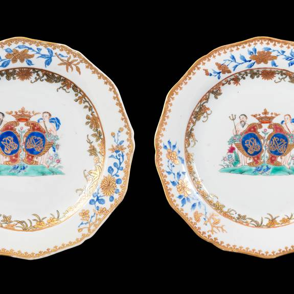 GG: Pair of Chinese Pseudoarmorial porcelain dinner plates