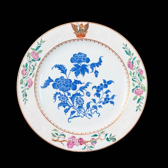 GG: Chinese armorial porcelain charger with a crest of a cockatrice on the rim