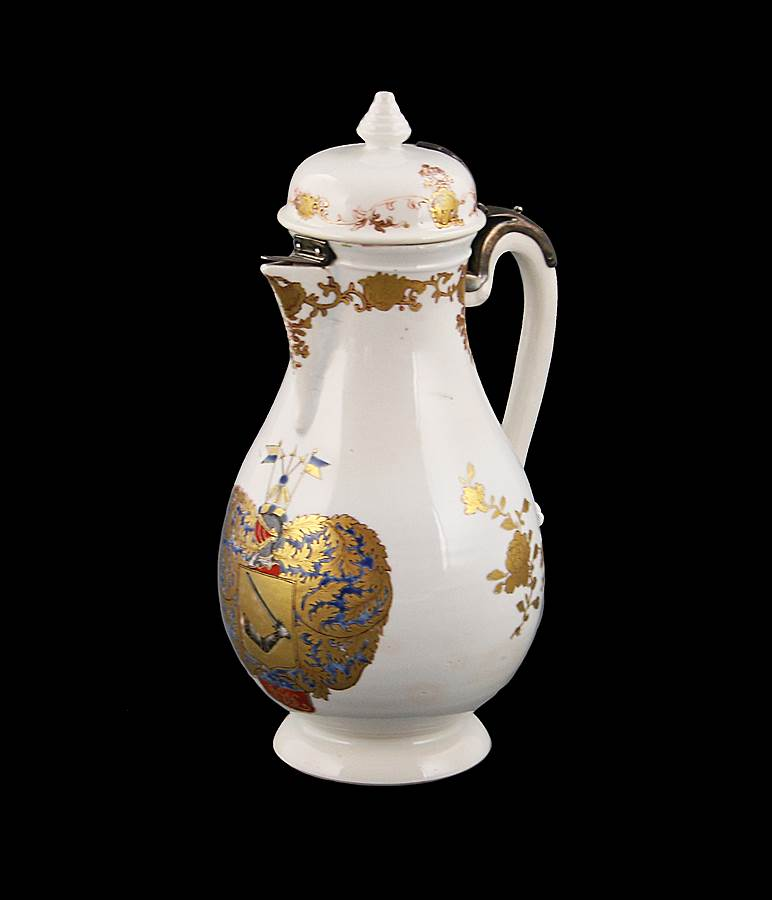 Chinese armorial porcelain coffee pot with the arms of Loodh