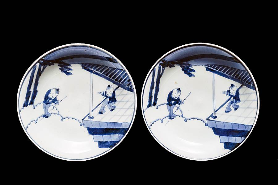 Pair of Japanese Arita porcelain small dishes