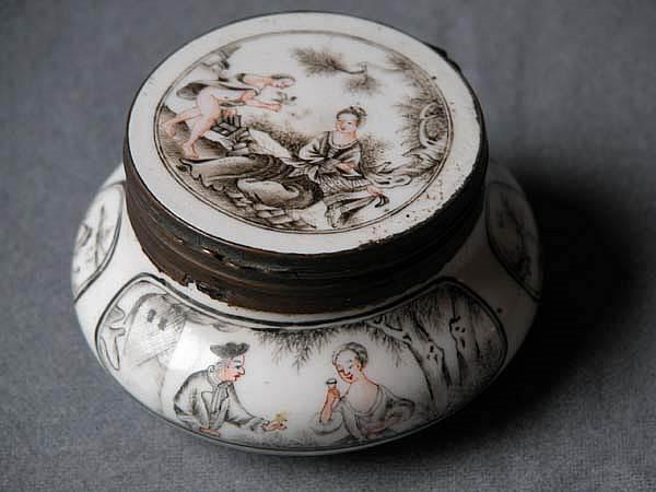 Chinese export porcelain Snuffbox of globular form