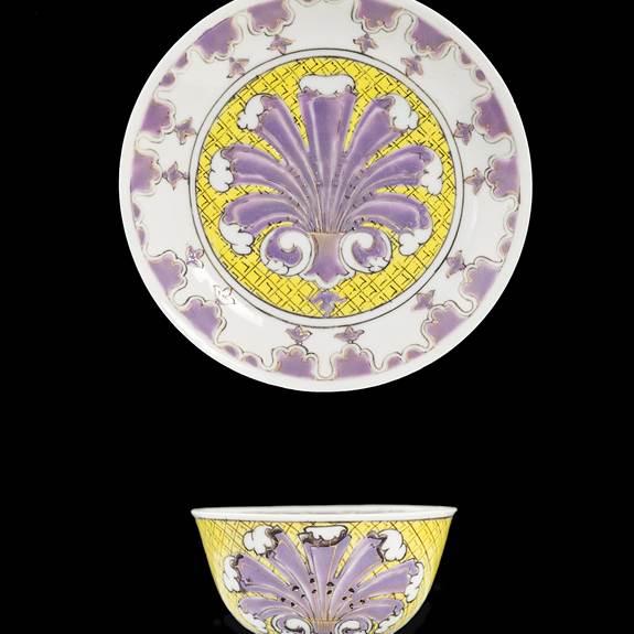 Chinese export porcelain teabowl and saucer, 'Pronk' palmette design