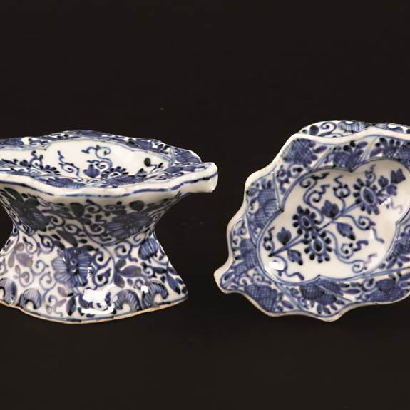 pair of chinese export porcelain blue and white leaf shaped salts
